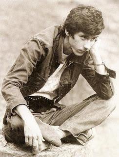 O jovem Raul Seixas, sentado, de cabelos curtos e sem barba