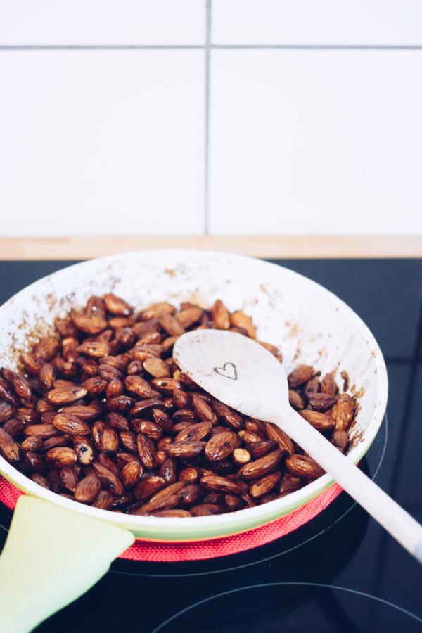 Eine gesunde Knabberei zu Selbermachen: Rezept für DIY Salz-Mandeln mit Honig by titatoni.de