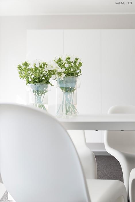 Blumendekoration mit mundgeblasenen Glasvasen.
