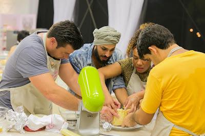 José, Ney, Liany tentam ajudar Dário com sua cesta de pão - Crédito: Artur Igrecias/SBT