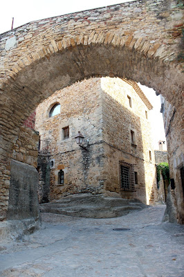 Peratallada. Pueblos medievales del Bajo Ampurdán. Viviendas construida sobre la roca