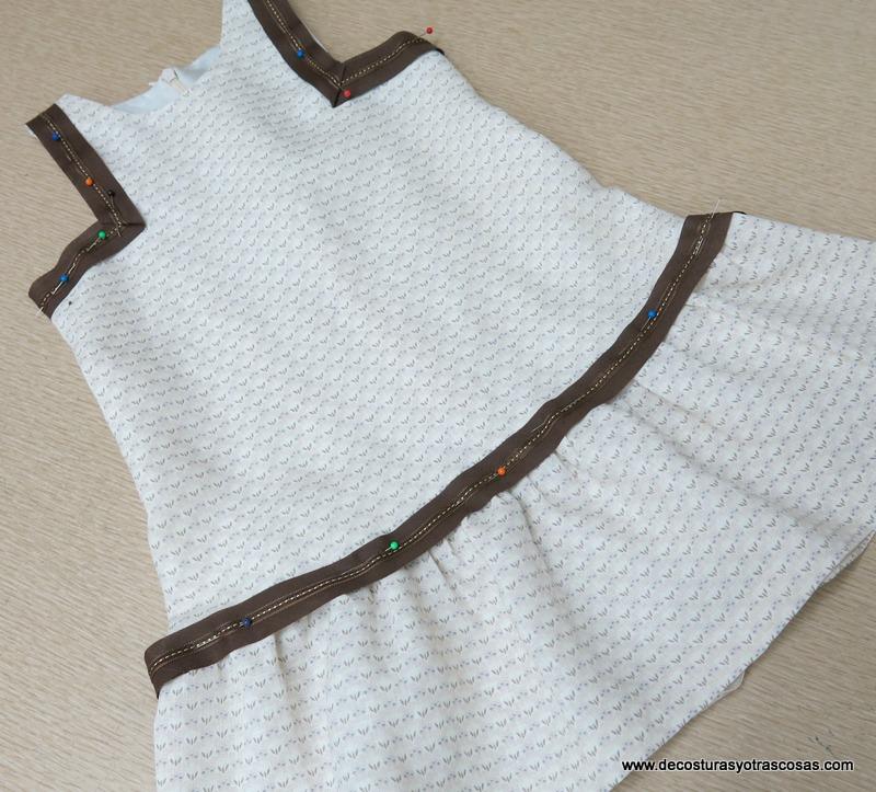 vestido niña con sisas cuadradas, cintura baja y adornos