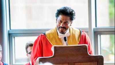 छात्रों को व्याख्यान देते हुए शाहरुख़।
