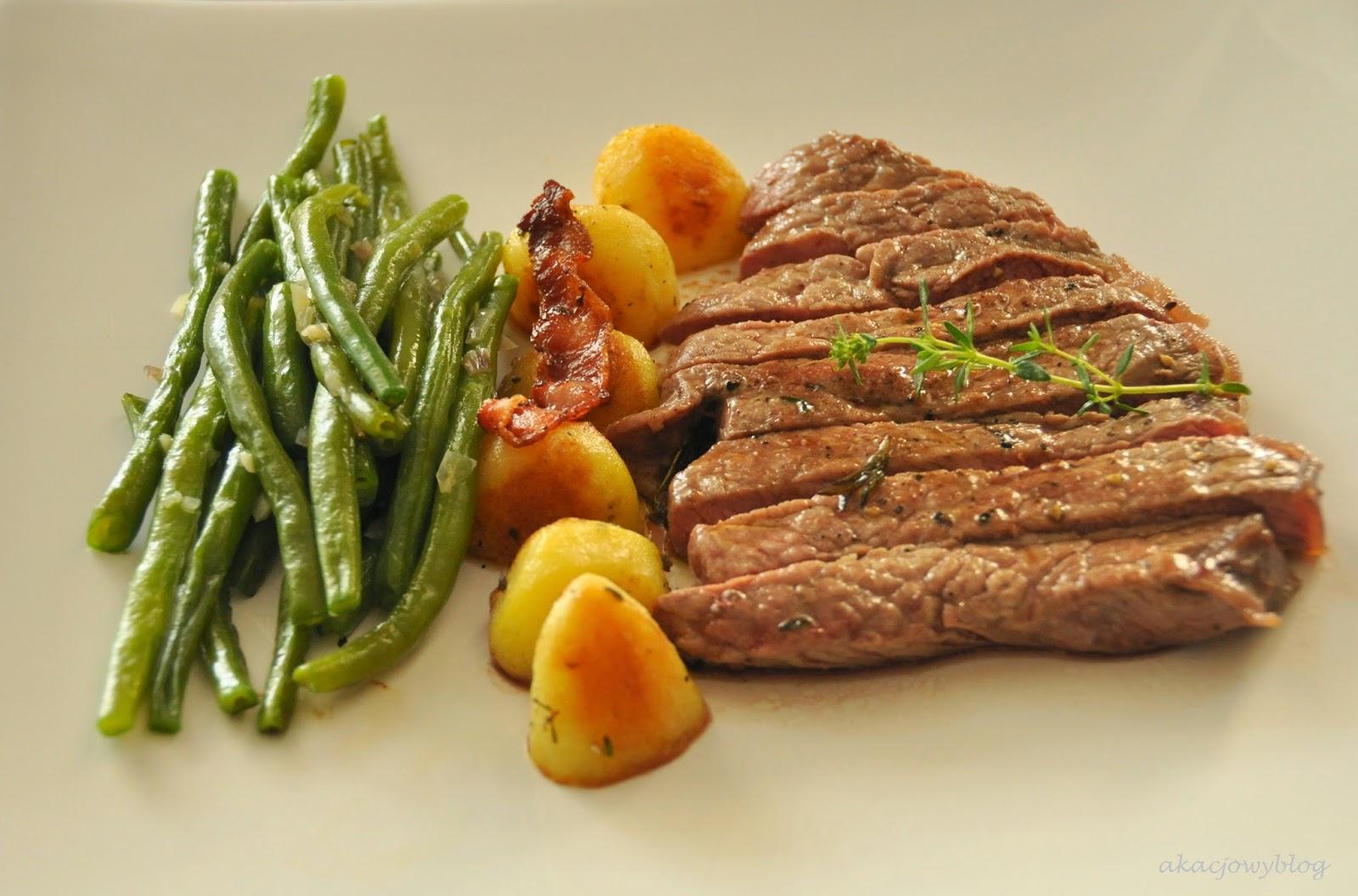 Stek z antrykotu wołowego z pieczonymi ziemniakami i zieloną fasolką szparagową.
