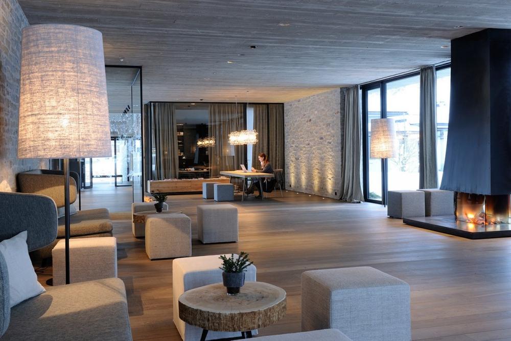 Puristisch und elegant: die Lobby im Wiesergut