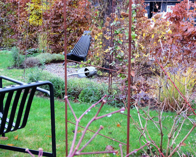 Hagen min kler seg i rust. Fra hagebenk mot yggoglyngstol rundt furua. Furulunden IMG_0027