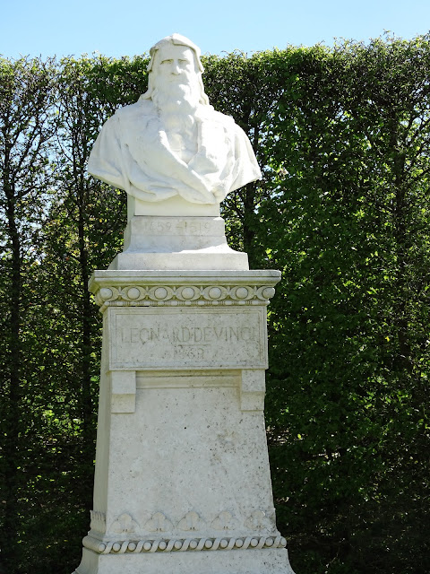 Leonardo de Vinci statue in the garden at Chateau d'Amboise