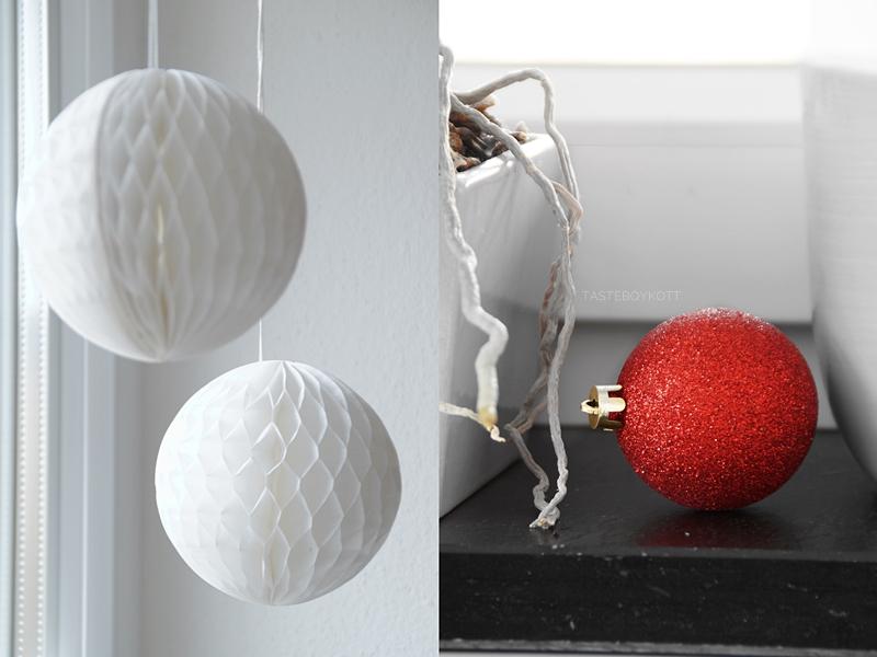 Traditionell-moderne Weihnachtsdeko mit roten Akzenten: Weiße Wabenbälle, rote Weihnachtskugeln als Deko.