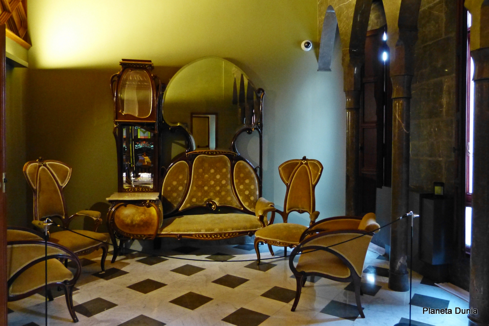 Planeta dunia el palau g ell de antoni gaud barcelona for Gaudi muebles