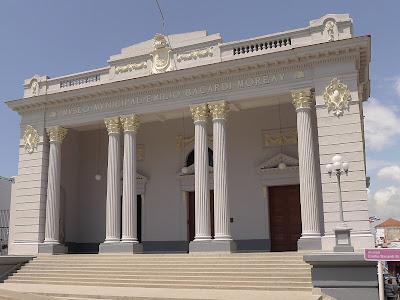 Santiago de Cuba, Städtisches Museum Emilio Bacardí Moreau. Blick auf die Vorhalle mit korinthischen Säulen.
