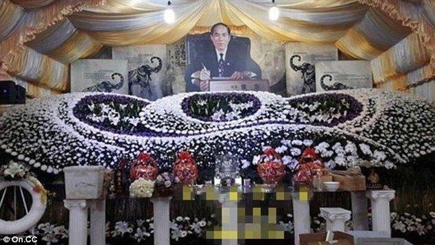 Gelar Prosesi Upacara Kematian Ayahnya, Pria Ini Sewa 50 Penari Seksi Untuk Iringi Pemakaman
