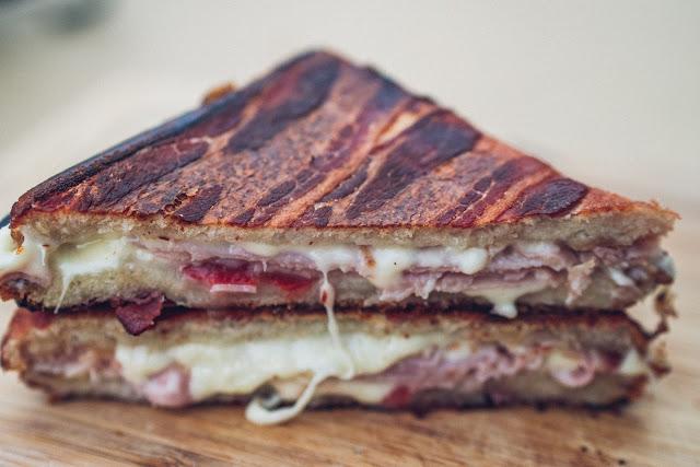 Pie-Iron  Sandwicheisen  Schinken-Käse-Sandwich mit Bacon  Sandwiches am Lagerfeuer  Outdoor-Kitchen 11