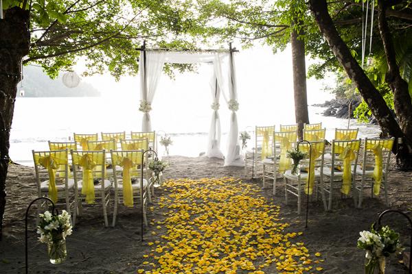 toque de amarillo para una boda en la playa