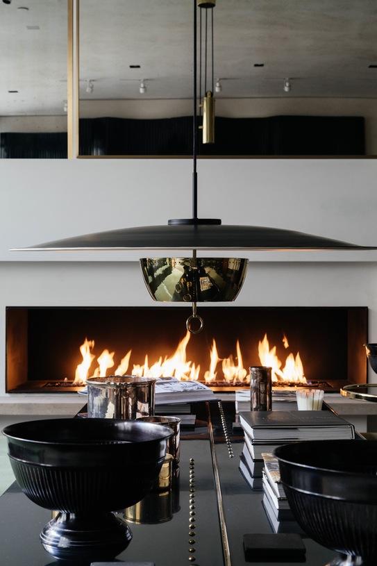 mesa de centro lacada en negro frente a chimenea de diseño chicanddeco