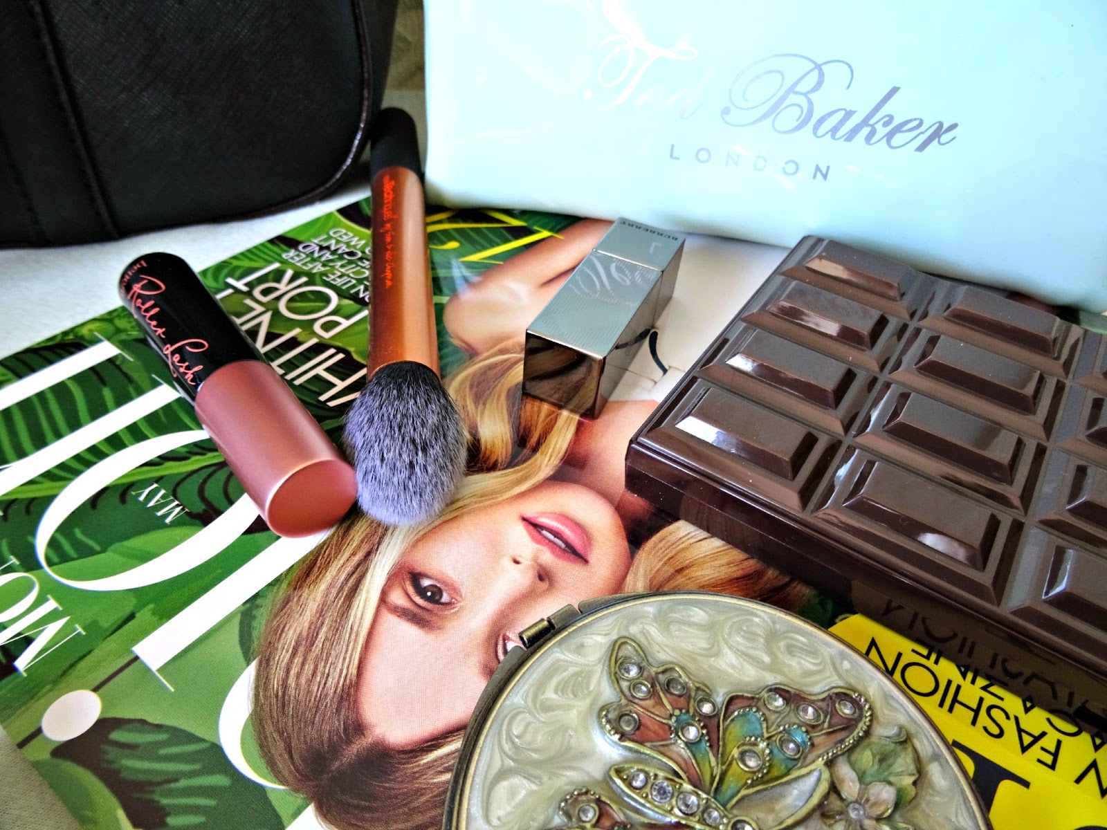 Whats in my handbag fashion magazine