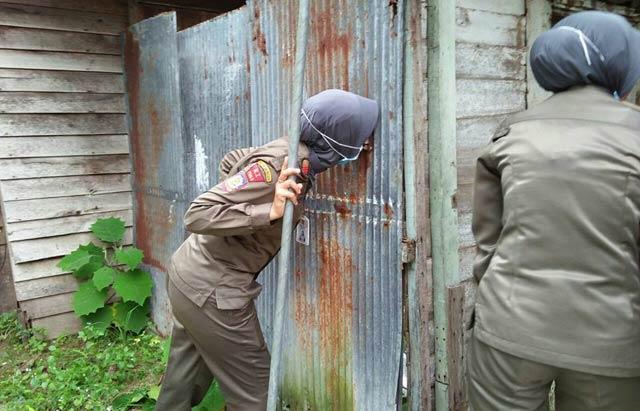 Satpol PP Kota Banjarbaru kembali merazia sejumlah eks lokalisasi Pembatuan dan Batu Besi di Landasan Ulin Banjarbaru. Razia kali ini Satpol PP yang dibantu petugas gabungan TNI dan Polisi. Hasilnya