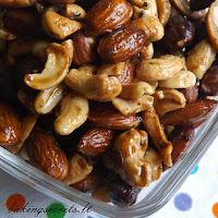 http://www.bakingsecrets.lt/2015/12/prieskoniuoti-riesutai-spiced-nuts.html