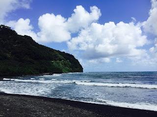 Belle plage de sable noir route de Hana