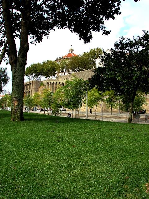 Relva, árvores e no alto a Igreja da Serra do Pilar