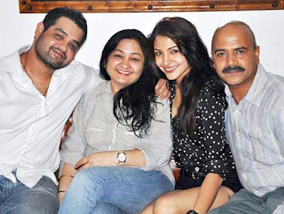 Foto Anushka Sharma dengan Keluarganya