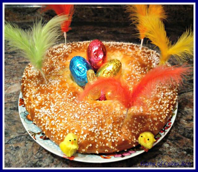 Mona de Pascua tradicional decorada