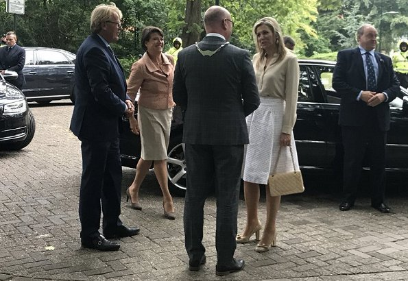 Queen Maxima wore a white cotton pleated skirt by Natan Edouard Vermeulen, Salvatore Ferragamo Flower Heel Pump Shoes, carried Chanel bags
