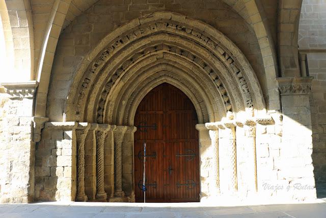 Portada de la Iglesia del Crucifijo, Puente la Reina