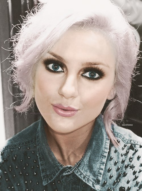 The picture sho... Perrie Edwards Smokey Eye