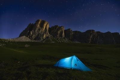 رجل قام بالتخييم في وسط الطبيعة قرب الجبال