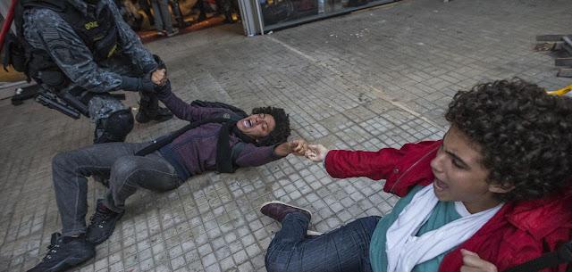 """Tropa de Choque, portando armas de fogo, arrasta estudantes em reintegração de posse do Centro Paula Souza, na região da Luz. Alunos prometem resistir e seguir com ocupações em protesto contra a Máfia das Merendas no estado Na manhã desta quinta-feira (6), estudantes secundaristas que ocupavam o Centro Paula Souza na região da Luz, área central da capital paulista, foram violentamente expulsos da ocupação pela Tropa de Choque da Polícia Militar de São Paulo.  A PM proibiu jornalistas e fotógrafos de se aproximarem da escola. O repórter do Diário do Centro do Mundo Mauro Donato foi agredido com cacetete por um policial e teve o supercílio cortado. Advogados foram impedidos de acompanhar a ação dentro da escola.  Ao coro de """"não tem arrego!"""" e """"sem violência!"""", os alunos não resistiram e deixaram o local em marcha. O grupo de estudantes seguiu para o Centro Paula Souza na avenida"""