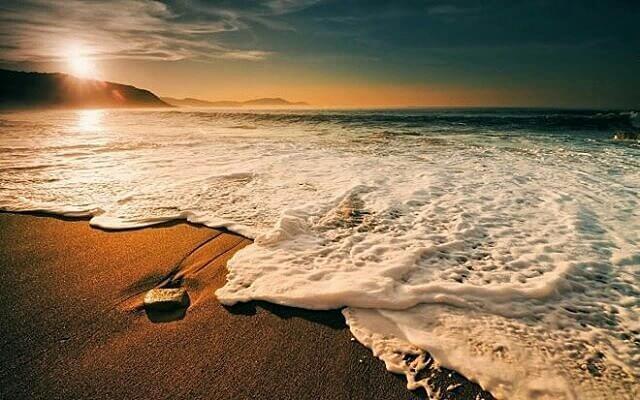 Pantai Teleng Ria, Pantai Dekat Kota yang Mempesona di Pacitan