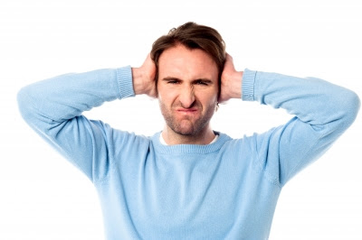 Hombre molesto con el ruido