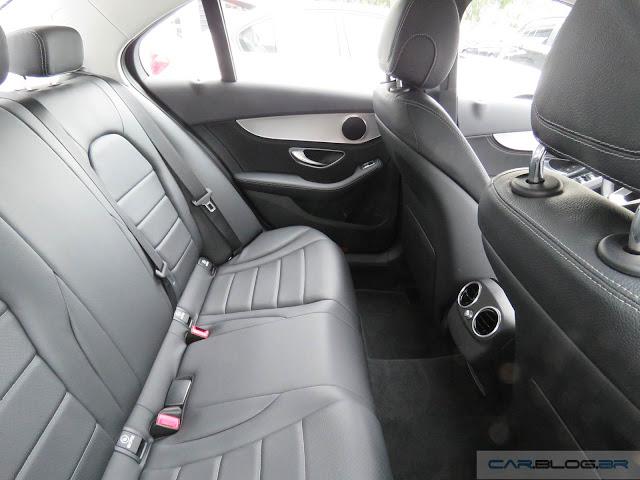 Mercedes-Benz C180 2016 - espaço no banco traseiro