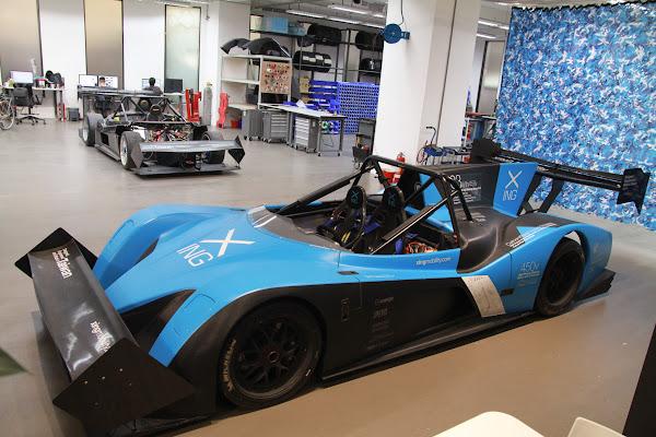 圖說:行競科技工作室一景,前為電動賽車Miss E,後為早期開發的賽車原型。照片來源:賀大新攝影