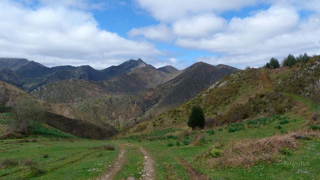 Valle del Río Color con El Cerro Niañu al fondo