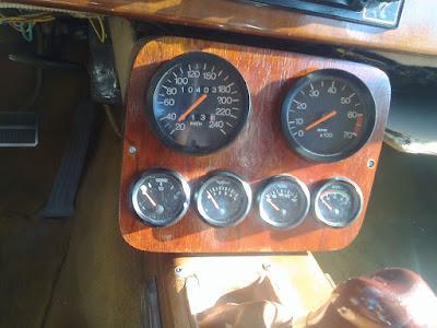 No console central do painel, onde ficava um monitor de instrumentos auxiliares forma instalados equipamentos analógicos.