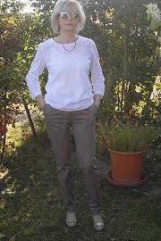 Spodnie z gabardyny i prosta bluzka z batystu.