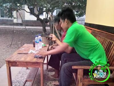 Kang YANDA Karawang, Jabar.   Sedang perbandingkan benih padi di warung benih MANGYONOcom