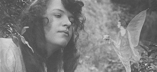 Elsie Wright posa en su jardín con un hada - Cine de Escritor
