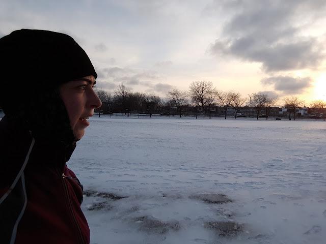 Femme courant l'hiver au coucher du soleil