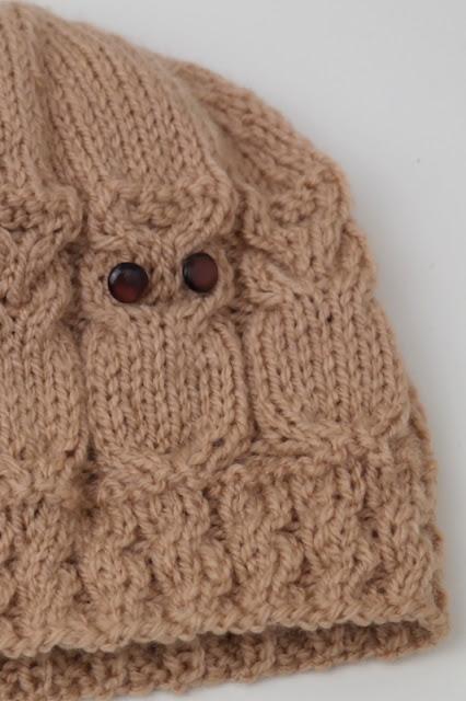 Czapeczka w sówki robiona na drutach
