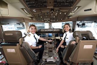 Ελληνίδα πιλότος της Emirates περιγράφει πώς είναι ένα κουμαντάρεις ένα Boeing 777