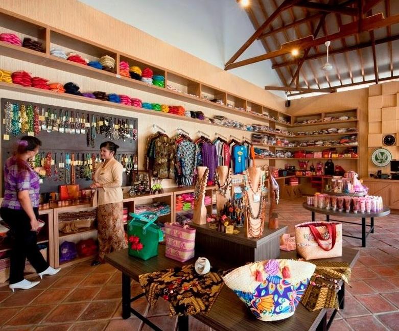Belanja Oleh-oleh Dan Merchandise Menjadi Bawaan Wajib Saat Pulang Travelling