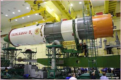 O cargueiro espacial Progress M-27M, na base. Agora está caindo com sua carga simbólica soviética.