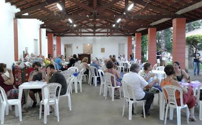 O salão comunitário da igreja ficou repleto de amigos no início da noite de sábado.