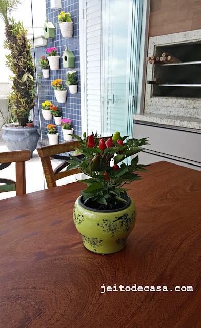 mesa-varanda-decorada-vaso-pimenta