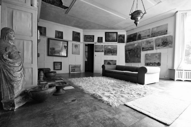 Mobilier et oeuvres du petit salon du manoir au peinture abandonné dans un quartier résidentiel au nord de la Belgique