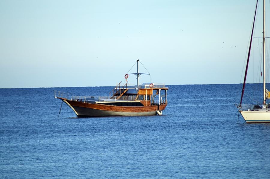 Blog + Fotografie by it's me! - Reisen - La Isla Blanca Ibiza, Santa Eularia - Boot in der Bucht
