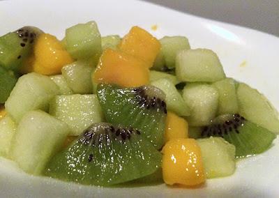 Owocowa sałatka z kiwi, melona i mango