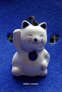 Biały Maneki Neko.